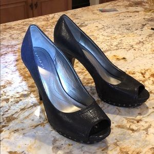TAHARI blk leather open toe studded shoes Like new